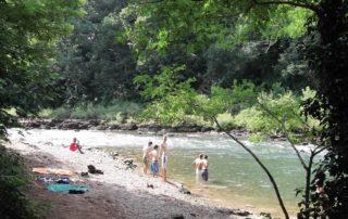 Détente sur la plage au bord de la rivière Nive au camping Amestoya de Bidarray