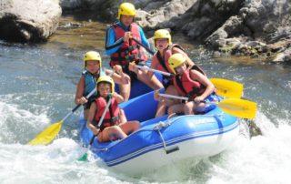 Une descente de rivière en famille de 1h30 sur la Nive en mini raft à Bidarray au Pays Basque avec UR BIZIA, accessible à tous, conditions savoir nager et minimun 12 ans pour les enfants accompagnés d'adultes, vous dirigez vous même un petit raft, une sorte de gros canoë pouvant accueillir de 3 à 5 personnes, le plaisir est de diriger vous même l'embarcation sous la surveillance d'un moniteur présent sur la rivière