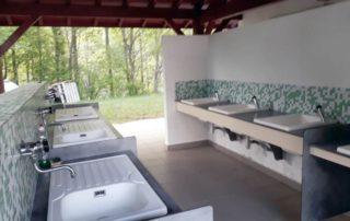Bloc sanitaire, 7 éviers pour laver la vaiselle et faire la lessive au camping Amestoya à Bidarray
