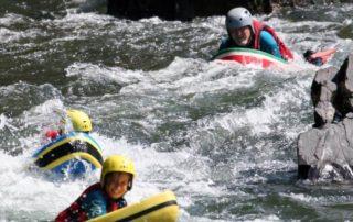 """L'hydrospeed, une découverte sensitive de l'eau vive sur la Nive, on se déplace avec un flotteur qui sert de planche de glisse et de protection, une expérience du palmage est souhaitée et la tête en avant sur le """"bodyboard"""" de la rivière, une activité très sensation qui demande un niveau d'eau minimum et une bonne condition physique."""