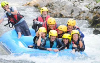 Splash collectif en raft avec UR BIZIA, sur la Nive au rapide des 3 vagues