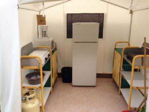 Tente de 8 couchages, BENGALIS COLLECTIFS 13 €/nuit/personne, mise à disposition d'une tente cuisine équipée d'un frigo, réchaud gaz avec bouteille fournie, micro onde et rangement.