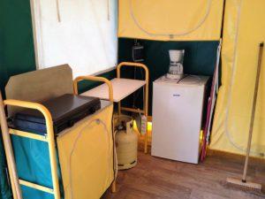 Camping de Bidarray BENGALIS FAMILLES 4-5 pers 13,50 €/nuit/pers, coin cuisine avec un réchaud et bouteille de gaz, frigo top, cafetière, vaisselles, verres, couverts et ustensiles de cuisson fournis, ustensile entretien (balai, serpillière, seau) armoire de rangement.