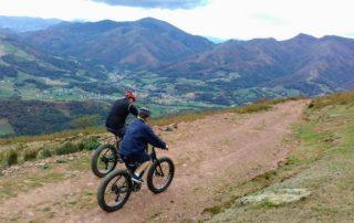 Avec ce nouveau vélo à roue énorme, les montées et les descentes s'avalent sans technique et sans effort, en montagne, en forêt, l'itinéraire suit les champs de crêtes et alterne sur des sentiers étroits (single track) et des pistes forestières. Nous nous amusons ! Navette en véhicule et descente en Fat Bike. Sur les magnifiques sites de Iraty, Aldudes, Osses, col otxondo ou Jaizkibel.