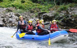 Une descente de rivière en famille de 1h30 sur la Nive en miniraft à Bidarray au Pays Basque avec UR BIZIA, accessible à tous, conditions savoir nager et minimun 12 ans pour les enfants accompagnés d'adultes, vous dirigez vous même un petit raft, une sorte de gros canoë pouvant accueillir de 3 à 5 personnes, le plaisir est de diriger vous même l'embarcation sous la surveillance d'un moniteur présent sur la rivière