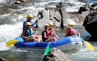 Une descente de rivière en famille de 1h30 sur la Nive en MINIRAFT à Bidarray au Pays Basque avec UR BIZIA, accessible à tous, conditions savoir nager et minimun 12 ans pour les enfants accompagnés d'adultes, le plaisir est diriger vous même un petit raft, une sorte de gros canoë pouvant accueillir de 3 à 5 personnes, sous la surveillance d'un moniteur présent sur la rivière.
