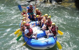 Une descente de rivière de 1h30 sur la Nive en raft à Bidarray au Pays Basque avec UR BIZIA, accessible à tous, seule conditions savoir nager, un équipement adapté et la présence du guide diplômé à bord rassure et facilite votre découverte de l'activité et de son environnement.