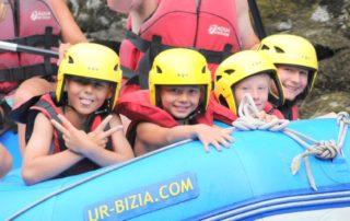 Une descente de rivière de 1h30 sur la Nive en raft avec des enfants à Bidarray au Pays Basque avec UR BIZIA, accessible à tous, seule conditions savoir nager, un équipement adapté et la présence du guide diplômé à bord rassure et facilite votre découverte de l'activité et de son environnement.